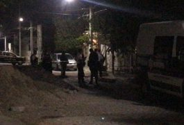CON un arma de grueso calibre, dos sujetos atacaron dos viviendas.