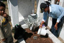 LIMPIAN las tumbas en el día de la madre.