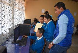 Presidente municipal de Pedro Escobedo, Amarildo Bárcenas, entregó 15 computadoras