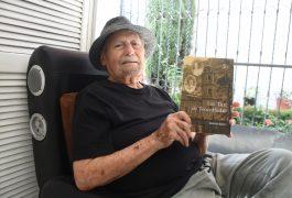 El escritor Roberto Reyes Antúnez.