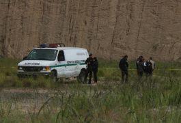 Nicasio Mendoza Noticias Continúan las ejecuciones de hombres y mujeres en los vecinos estados de Hidalgo y del Estado de México; la mañana de ayer en un hoyanco a la orilla del camino de terracería que conduce a la comunidad La Pera, a escasos 40 metros de la carretera 55 Libre Palmillas -Toluca en el kilómetro 120, fueron encontraron los cuerpos acribillados de dos masculinos asesinados, los mismos se encontraban amordazados y atados de pies. La misma mañana, en la orilla de la carretera Palmillas -Huichapan, en su dirección a San juan del Río, dentro de un auto marca Nissan tipo Tsuru, en color gris, fueron acribillados dos hombres; uno de perdió la vida camino al hospital, mientras que el conductor quedó muerto dentro del auto. Más tarde se supo que uno de los ejecutados, se trataba de un agente de Policía Municipal de Huichapan También se mencionó, que en Bañe Aculco, volvió a ser escenario de otro hombre asesinado, fue por la madrugada, comuneros que se desplazan abordo de sus vehículos, fueron testigos de otro hombre encontrado asesinado en el mismo lugar donde se han encontrado más de una veintena de hombres ejecutados, aunque éste último no fue confirmado por las autoridades, pues se ponen en una actitud de agresión en contra de los medios de comunicación. Cabe hacer mención que en el caso de los hombres ejecutados se encontraban cerca de los 49 años, cada estado con sus agentes de policía y de médicos forenses, se dieron a la tarea en hacer el peritaje y diligencias de los hechos. Después de culminada la diligencia ambas autoridades ordenaron que los cadáveres fueran levantados y llevados al Servicio Médico Forense, donde se les realizará la práctica de la necropsia de ley. Por esta lamentable ejecución en los vecinos estados de Hidalgo y Estado de México, se inició la tarea de ubicar a los familiares, ya que tres de los ejecutados se encuentran en calidad de desconocidos, ya que a la hora del peritaje entre su ropa no se les encontró identificación alguna