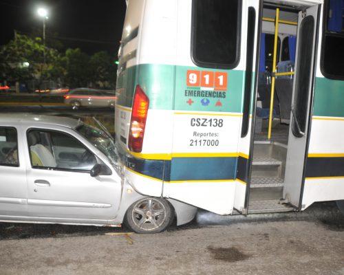 El vehículo terminó debajo de la unidad del transporte público Por Ángel Gutiérrez Noticias Acelerado conductor resultó ileso en fuerte choque, en el cual parte de su vehículo terminó debajo de un autobús del transporte público. El percance tuvo lugar sobre carriles laterales de Paseo de la República, frente a la plaza comercial Antea en dirección a la Cuidad de México, justo en la parada de camiones. Las unidades involucradas son un autobús de autotransportes de San José Iturbide, matrícula CSZ-138 y un automóvil Nissan, color gris con placas para el estado de Querétaro. Ambos vehículos circulaban por los carriles laterales, donde se suscitó el accidente, cuando al llegar a ese tramo, el operador del trasporte disminuyó la velocidad ya que delante del mismo había otras unidades detenidas, subiendo pasaje. Sin embargo, el conductor del Nissan no se percató de lo anterior por lo que no frenó a tiempo, incrustando debajo del autobús del transporte público gran parte del cofre de su vehículo. Usuarios de trasporte público que se encontraban esperando su ruta reportaron los hechos al número de emergencias 911. El conductor del vehículo resultó con golpes diversos, por lo que fue valorado por paramédicos del CRUM descartando su traslado a un hospital, mientras que el conductor del autobús que viajaba sin pasaje, resultó ileso. Al lugar también acudieron Bomberos de Querétaro quienes apoyaron en las labores de revisión de ambos vehículos. Policías municipales tomaron conocimiento del accidente y abanderaron la zona para evitar otro accidente, mientras una grúa remolcaba a los vehículos a un corralón.