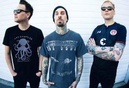 """Notimex La banda estadounidense de pop punk Blink-182, que se dio a conocer por su """"toilet humor"""", anunció que será el 20 de septiembre próximo cuando estrene Nine, su nueva producción discográfica. Para que no se haga tan larga la espera, el grupo lanzará este viernes el sencillo Darkside, anunció el trío mediante sus redes sociales. Dicha canción llega tras el estreno de los temas Blame it on my mouth, Divide gerenational y Happy days, que también forman parte del disco. Actualmente, la agrupación está conformada por Matt Skiba (guitarra y coros), Travis Barker (batería y percusiones) y Mark Hoppus (vocalista, bajo y contrabajo) este último es el único integrante que ha permanecido en la banda desde su formación. La banda que irrumpió en la escena en 1992, se tomó un receso entre 2006 y 2009, posteriormente dedicó tiempo en la preparación de su siguiente material, y en 2011 presentó el álbum Neighborhoods, el cual contiene los temas Up all night, Aftermidnight y Heart's all gone. Nine supone el segundo material de Blink-182 con Skiba, quien también forma parte de Alkaline Trio, luego de que Tom DeLange, uno de sus fundadores, decidiera abandonar la agrupación. La primera placa con dicha alineación fue California (2016), de la que se desprendieron los sencillos Bored to death, Rabbit hole, No future, She's out of her mind y un homenaje al tema What´s my age again?, que la banda hiciera famoso en 1999. En mayo de 2019, Blink-182 y el rapero Lil Wayne anunciaron una gira en conjunto que comprende varias ciudades de Norteamérica. Para celebrar el tour, los artistas colaboraron en nuevas versiones de What´s my age again? y Amili, temas que hicieran exitosos cada uno."""