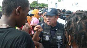 Se enfrenta policía con migrantes que bloqueaban estación