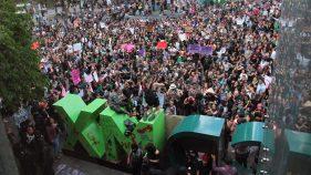 Protesta femenina en CDMX contra violaciones termina con destrozos