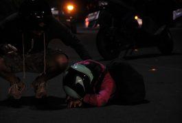 Cae pareja de motoneta al chocar contra vehículo