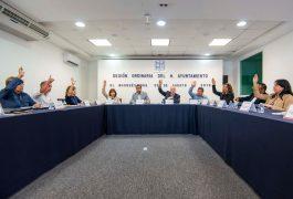 """Noticias Con el objetivo de homologar el proceso de trámite del tarjetón de estacionamiento para personas con discapacidad, con los demás municipios de la entidad, así como reconocer por parte de la autoridad municipal los tarjetones tramitados en otras demarcaciones, el Ayuntamiento de El Marqués aprobó el Reglamento del Tarjetón de Estacionamiento Reservado y con ello contribuir a la movilidad de las personas con discapacidad. Al respecto, el Secretario del Ayuntamiento, Rodrigo Mesa Jiménez, informó que esta acción se da a raíz de una solicitud ciudadana y del Instituto Municipal para Prevenir la Discriminación de Querétaro, para trabajar en la homologación metropolitana del reglamento, para que los requisitos para realizar este trámite sean similares y a su vez se reconozcan estos documentos expedidos por otros municipios dentro de la demarcación marquesina. """"Surge de una petición ciudadana, así como del Instituto Municipal para Prevenir la Discriminación en Querétaro, nos solicitaron que comenzáramos a trabajar en la reglamentación metropolitana, con la idea de que cada municipio tenga los mismos requisitos para tramitar estos tarjetones para personas con discapacidad"""", indicó Rodrigo Mesa. Asimismo, Mesa Jiménez refirió que el objetivo es facilitar esta situación a las personas con discapacidad que trasladen por el municipio, ya que muchas veces los policías de tránsito no reconocen los tarjetones emitidos por otros municipios e inclusive los ciudadanos que portan este tarjetón podrían llegar a ser multados, esto al no contar con este reglamento que el Cabildo aprobó este día. """"Con esto se busca facilitarle la situación a quienes de por sí tienen complicaciones de movilidad, para estacionarse y que muchas veces la propia autoridad de tránsito no da por buenos o validos los tarjetones que se expiden en otros municipios e inclusive muchas de las veces hasta se les levanta una infracción"""", concluyó finalmente el titular de la Secretaría del Ayuntamiento."""