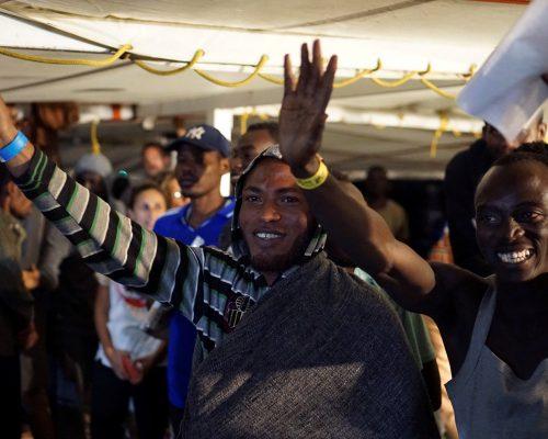 Open Arms desembarca migrantes en Italia